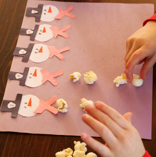 Practice counting and numbers with this cute snoman activity for preschoolers that uses popcorn!