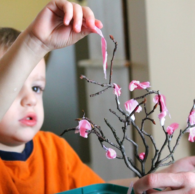 a great spring craft for kids! Sensory art too!