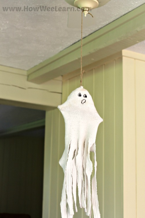 Adorable sock ghost craft for kids this Halloween. Such a cute Halloween craft for preschoolers to make!