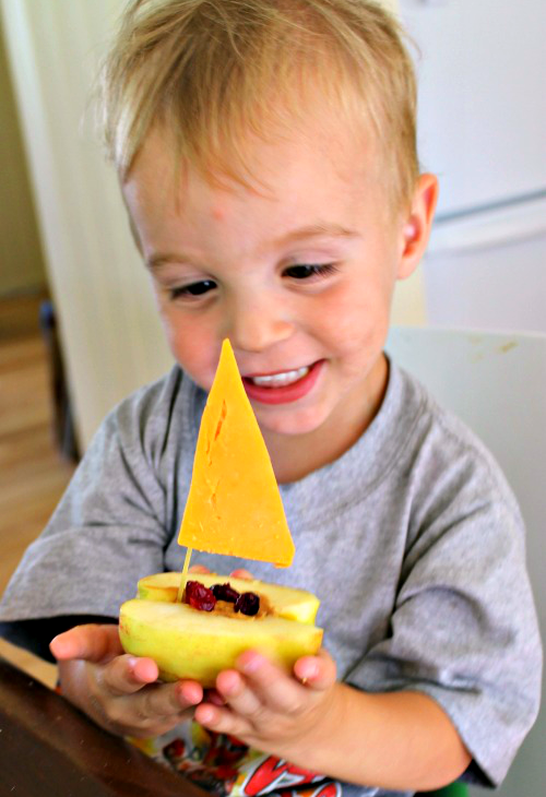 A healthy and fun snack for toddlers - apple boats !#applecraft #fallcrafts #fallcraftsforkids #autumncrafts #preschoolcrafts #howweelearn