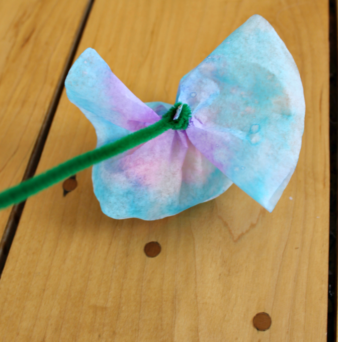 A sweet gift for Mama, coffee filter flowers! Perfect as non-heart valentines for kids. #valentinesday #craftsforkids #flowercraft #springcraft #preschool