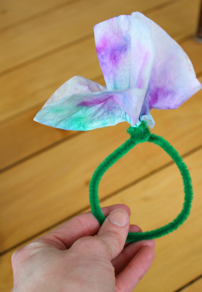 Cute coffee filter flower bracelets for kids to make as gifts
