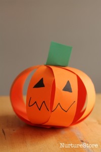 Fall crafts for kids - paper strip pumpkins