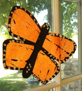 Use a marble to create this pretty monarch butterfly suncatcher craft fore preschoolers!