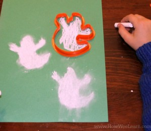 Adorable chalk ghosts Halloween craft!