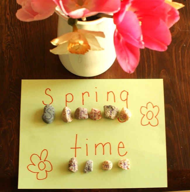 This scavenger hunt is simple and fun! Perfect for preschoolers, kindergarteners and for outside play and learning letters