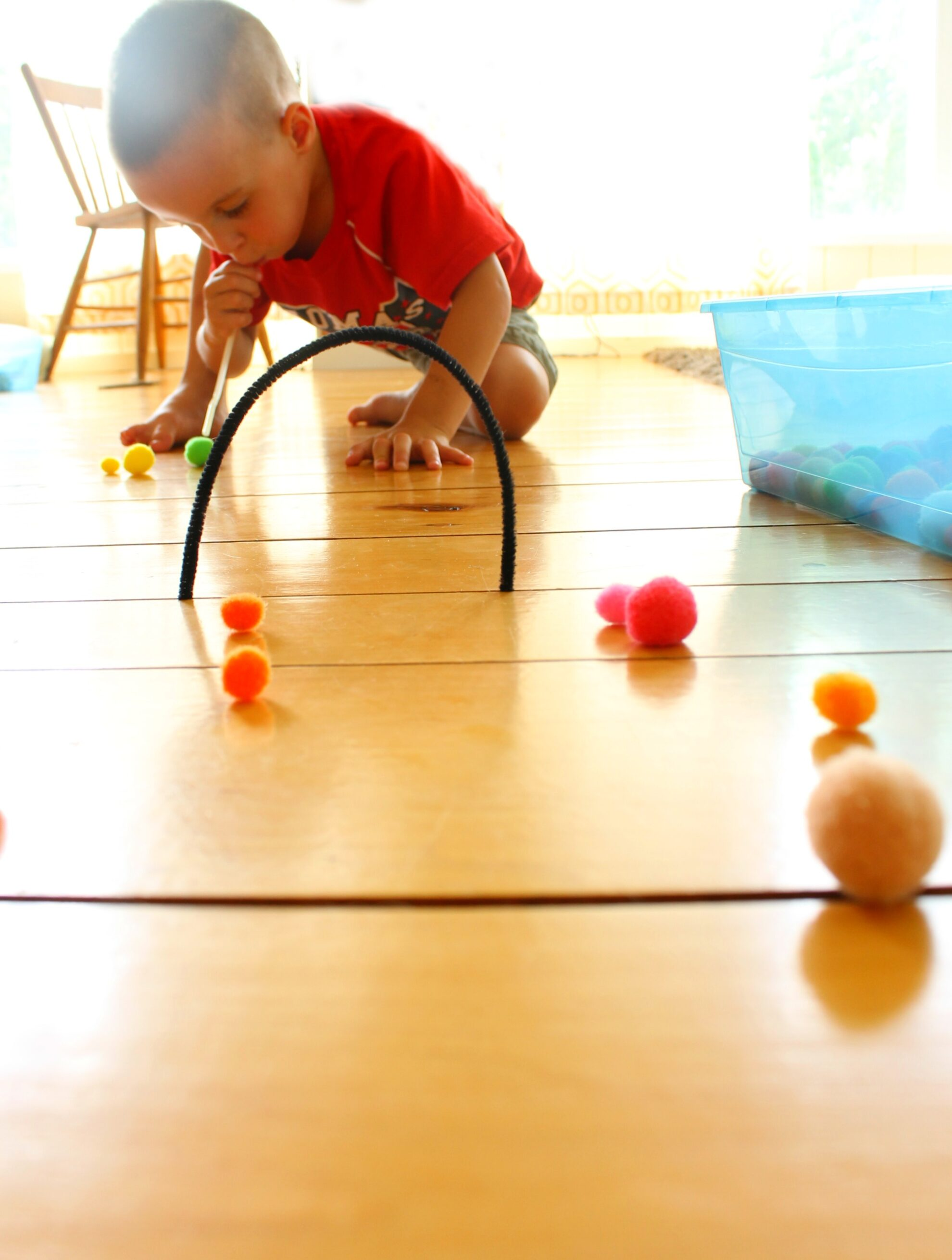 This is a fabulous quiet time activity for preschoolers and toddlers! Pompom hockey using a straw for blowing. So many awesome quiet bins idea on this site. #howweelearn #quiettime #independentplay #preschoolactivities #preschoollearning