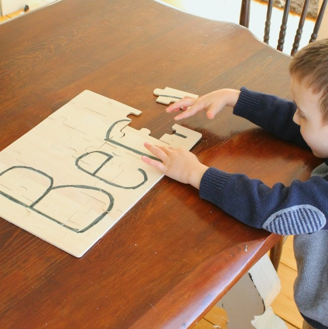 A great name puzzle for preschoolers! Such a simple quiet time activity. #howweelearn #quiettime #independentplay #preschoolactivities #preschoollearning