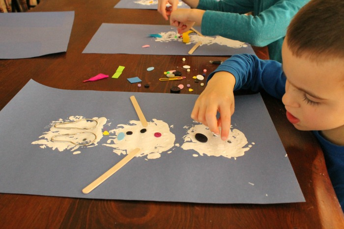 This snowman craft is perfect for preschoolers! Great for loose part play too. Such a fun #wintercraft #preschool #crafts #toddlercrafts #kindergarten #winterart #preschoolactivity
