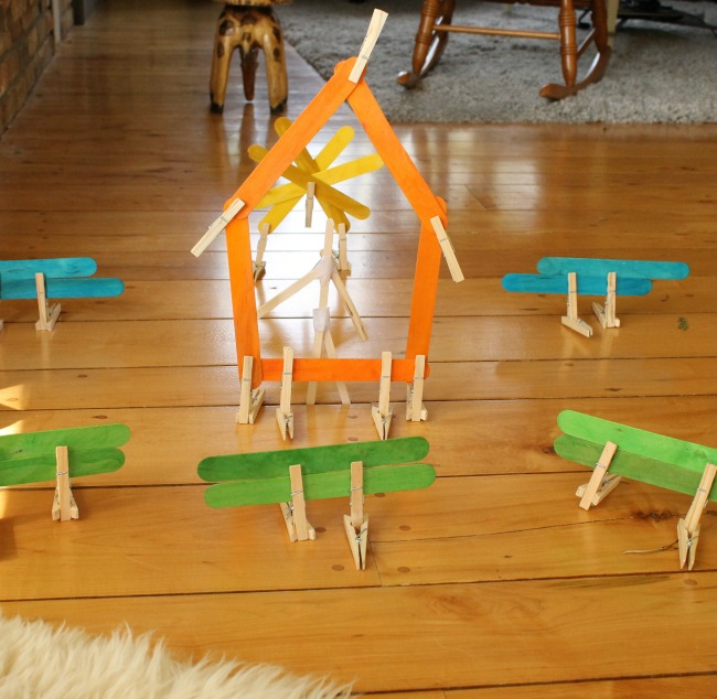 Using clothespins and popsicle sticks for creative preschool play! #quiettime #kidsactivities #preschool #play #kids #crafts