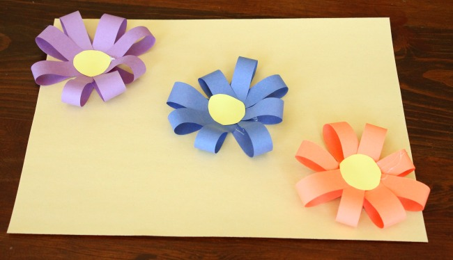 Pretty 3D paper flowers for kids to make! Such a simple and colorful spring craft! #spring #preschool #craft #papercraft #kidsactivities