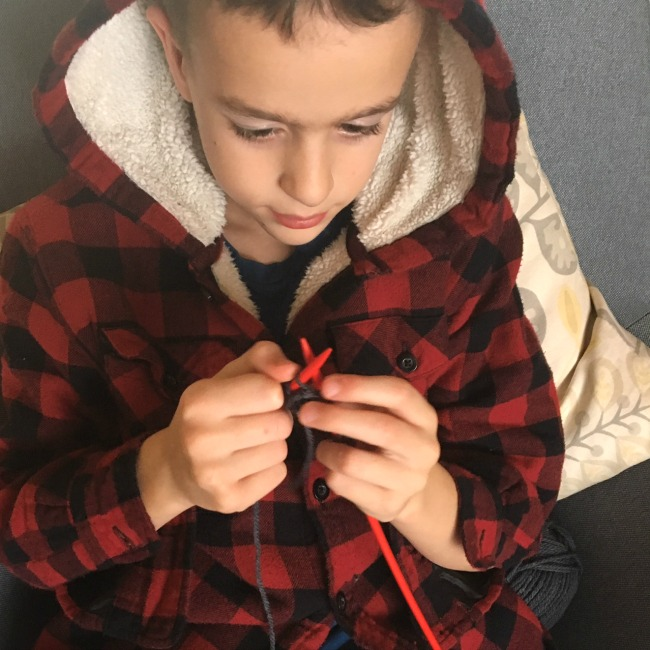 The easiest way to teach kids to knit - with videos! #sponsored #knitting #knit #knittingforbeginners #kidsknit #kidsactivities #HowWeeLearn #OakMeadow