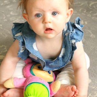 How to help baby learn to sit! These are great sitting activities and sitting games for baby. This post has great tips and tricks to get baby sitting in no time! #howweelearn #babyactivities #babyactivity #sitting #momtips #newmom #6months #sixmonths