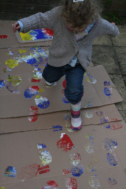This is such a fun and simple gross motor activity for kids! What a creative way to add art to active play! #howweelearn #grossmotor #kidsactivities #preschoolactivities #toddleractivities
