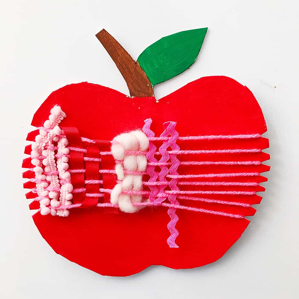 Introduce your child to weaving and new materials with this adorable apple craft for fall. Here you will find cute and simple apple crafts for kids, toddlers and preschoolers. #applecraft #fallcrafts #fallcraftsforkids #autumncrafts #preschoolcrafts #howweelearn