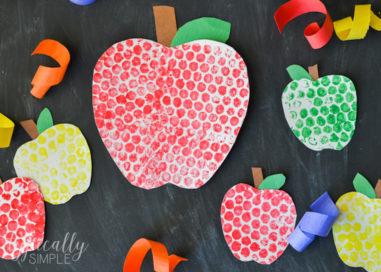 Paint with this unique tool and easily create a fun effect for your fall apple craft. Shhh... its bubble wrap! Here you will find cute and simple apple crafts for kids, toddlers and preschoolers. #applecraft #fallcrafts #fallcraftsforkids #autumncrafts #preschoolcrafts #howweelearn