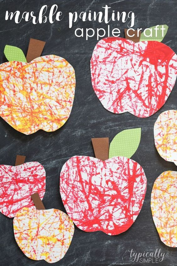 Your child will get the opportunity to explore with color mixing and a new art technique with this beautiful apple craft. Here you will find cute and simple apple crafts for kids, toddlers and preschoolers. #applecraft #fallcrafts #fallcraftsforkids #autumncrafts #preschoolcrafts #howweelearn