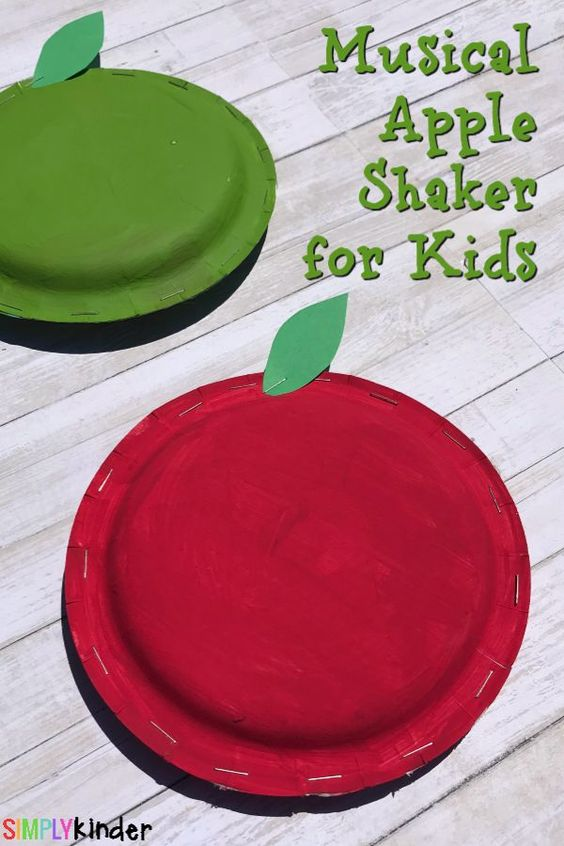 These musical shakers are so easy to make and too adorable to pass up. Here you will find cute and simple apple crafts for kids, toddlers and preschoolers. #applecraft #fallcrafts #fallcraftsforkids #autumncrafts #preschoolcrafts #howweelearn
