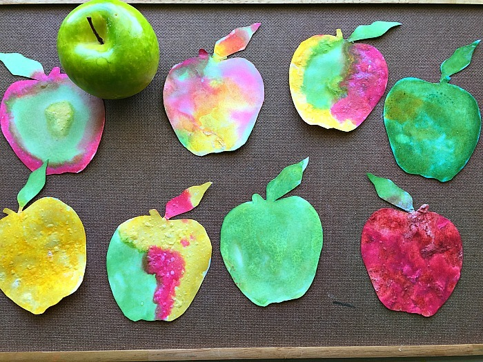 Combine art and science and explore this beautiful fizzy paint apple craft with your child. Here you will find cute and simple apple crafts for kids, toddlers and preschoolers. #applecraft #fallcrafts #fallcraftsforkids #autumncrafts #preschoolcrafts #howweelearn