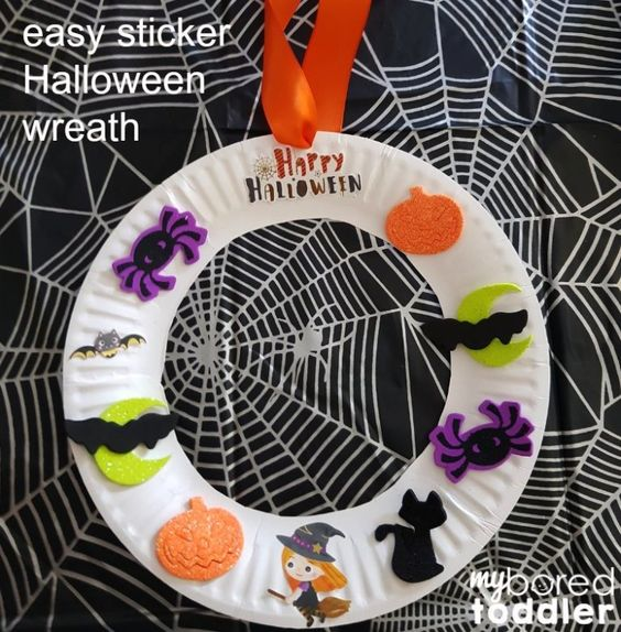 This is a perfect mess-free Halloween craft for the little ones! Here you'll find a variety of easy Halloween crafts for your kids, toddlers and preschoolers. #Howweelearn #Halloweencrafts #Craftsforkids