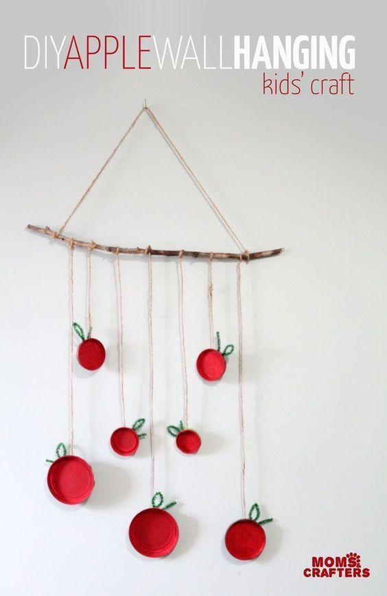 This apple craft is a beautiful decoration that uses common and recycled materials. Here you will find cute and simple apple crafts for kids, toddlers and preschoolers. #applecraft #fallcrafts #fallcraftsforkids #autumncrafts #preschoolcrafts #howweelearn