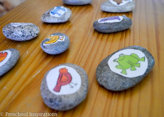 Story stones are great for sparking your child's imagination. They are simple to make and can be used time and time again. You can find more stellar busy bags for babies, toddlers, preschoolers and kids by clicking here! #howweelearn #busybags #quiettime #finemotor #preschoolactivities #kidsactivities