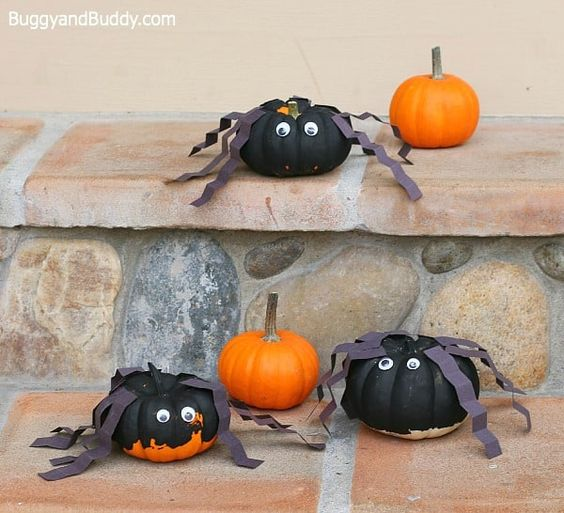 This is an easy spider pumpkin you can make with common craft materials. Here is a list of more pumpkin decorating ideas that toddlers, preschoolers and kids of all ages can create! #howweelearn #pumpkincarving #pumpkindecorating #jackolantern # halloween #kidsactivities