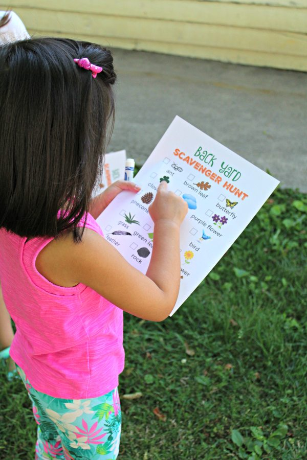 This great visual printable makes a scavenger hunt fun and easy for pre-readers. It also makes for a wonderful way to explore the outdoors. Not only are these activities thrilling, they keep kids active and encourage collaboration and problem solving.  Check out our massive list of ideas here! #howweelearn #scavengerhunt #kidsactivities #preschoolactivities